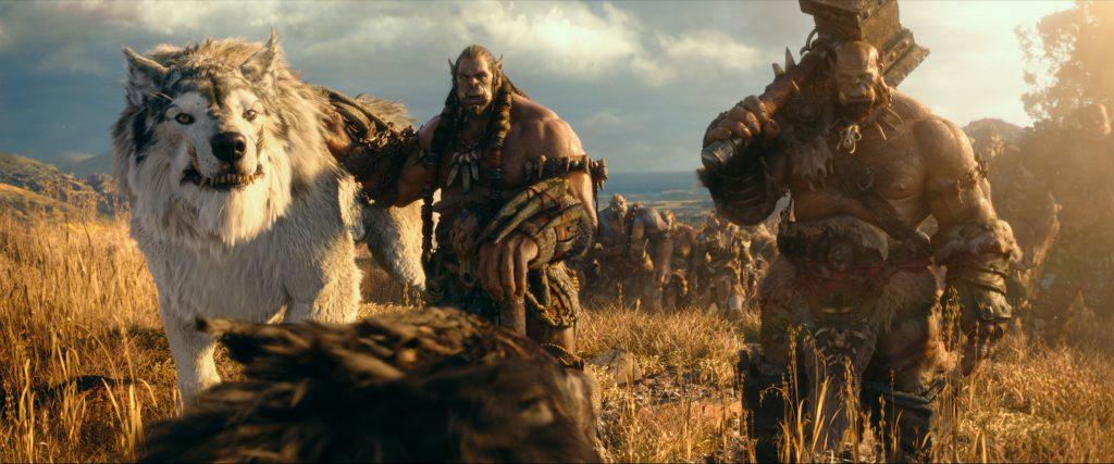 Der junge Orc Durotan (l) führt seinen Stamm der Frostwölfe an.