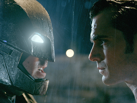 "Ben Affleck (l) als Batman/ Bruce Wayne und Henry Cavill als Superman/ Clark Kent in einer Szene des Kinofilms ""Batman V Superman: Dawn Of Justice""."
